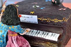 ♫♪ ♫♫♪♫ (* Cláudia Helena * brincadeira de papel *) Tags: papelmache papermache piano papiermachè cor cores música music cláudiahelena