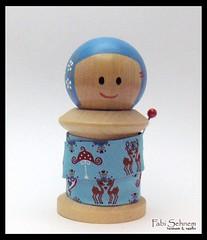 Kokeshi carretel (Fabi Sehnem) Tags: handmade made kokeshi spool fabisehnem bonecademadeira kokeshicarretel spoolwood