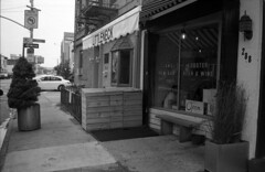 Littleneck (triebensee) Tags: street fish color brooklyn bar 35mm raw cosina shell third seafood carroll avenue f25 voigtlnder skopar bessat ilfordpanf50plus brooklynian