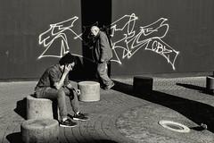 Kln / Cologne (Germany): street scene (wwwuppertal) Tags: blackandwhite bw monochrome youth germany deutschland graffiti jung alt cologne kln age nrw sw monochrom toned alter nordrheinwestfalen jugend schildergasse northrhinewestphalia schwarzweis getont