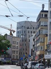 2000/01 Hannover STRA-Haus in Edelstahl 9Et. von Frank O. Gehry Reuterstrae/Goethestrae 13a in 30169 Mitte (Bergfels) Tags: architekturfhrer bergfels 200001 2000 2000er 21jh nach1989 hannover strahaus stra edelstahl 9et hochhaus verwatungsgebude frankogehry fogehry gehry reuterstrase goethestrase 30169 mitte beschriftet hnf investition verdreht