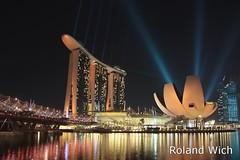 Singapore - Marina Bay Sands and ArtScience Museum (Rolandito.) Tags: singapore singapur south east southeast asia marina bay sands hotel casino bridge nigh light show laser museum artscience art science