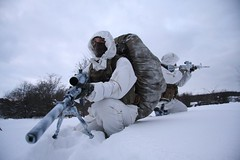 finskytte under forskydning (ssr.dk) Tags: vinter scout camouflage sniper pistol ssr m4 sne sako marksman c8 762mm spotter spejder skydning arktis soldater aimpoint sr25 hk416 hjemmeværnet patrulje wintercamouflage scoutsniper hjv 762x51mm hk417 trg42 eagleindustries observatør coltcanada patruljetjeneste finskytte finskytter snipersupportriffle vintersløring snesløring danskesoldaterisne særligstøtteogrekognoscering snecamo
