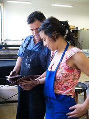 atelier de gravura USP - eu e mestre Valdir (PatriciaOgata) Tags: brasil saopaulo workshop viagem ensino atelier gravura processo treino fotogravura demonstracao