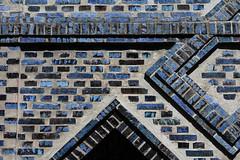 Blue bricks - Haynstrae Eppendorf (Elbmaedchen) Tags: blue brick hamburg guessed blau eppendorf rtsel hauseingang backstein aufgelst haynstrase guessedbybutschinsky guessedbymichaelwassenberg