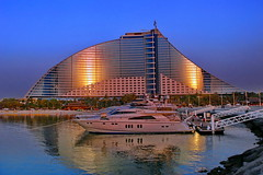 Jumeirah Beach Hotel by Night (gerard eder) Tags: world travel boats dubai uae east middle barcas emirate jumeirah reise vereinigte
