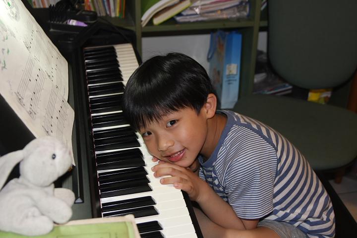 佑佑、彥彥彈鋼琴0002