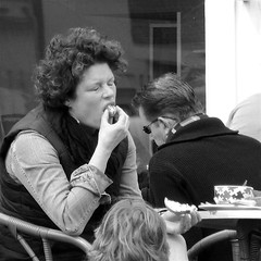 YUMMY (Akbar Simonse) Tags: street people urban bw woman netherlands monochrome square zwartwit eating candid streetphotography leeuwarden streetshot straat straatfotografie straatfoto straatfotograaf dedoka akbarsimonse
