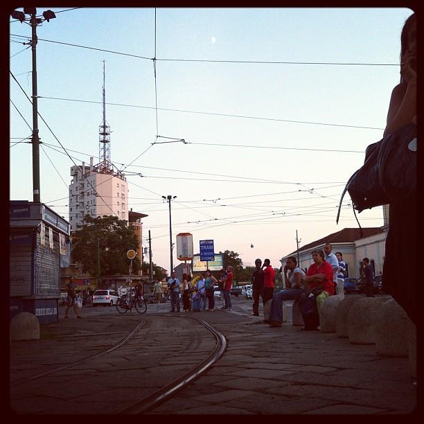 Oggi, aspettando il tram in Porta Genova. Lunga attesa. Niente panchine. Tutto on the road. Tutto e tutti in piedi. O seduti sugli scomodi spartitraffico. No home. No.