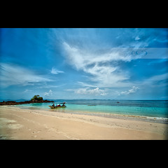 The aliens are here... (geirkristiansen.net.) Tags: ocean blue people cloud beach boat alien tourist malaysia pulau southchinasea pantai azur sigma1224mmf4556 kapasisland