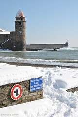 Clocher de Collioure sous la neige... (Nath...*) Tags: mer france monument french photography photo nikon flickr photographie village hiver picture neige collioure vague pancarte franais eglise insolite panneaux patrimoine clocher digue photographe typique nathaliedupont wwwdupontnathaliecom nathaliedupont clocherdecolliouresouslaneige interditchien pancarteplage