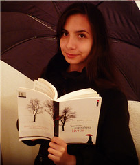 Semana #9 (MandyDelJ) Tags: portrait girl umbrella reading book libro books literature read livro markuszusak ameninaqueroubavalivros