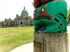 Not a happy frog (Canadian Dragon) Tags: summer canada carved bc painted august victoria frog vancouverisland totempole legislature parliamentbuildings 2015 firstnationsart dschx5c