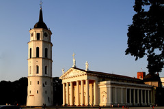 """""""Como la piel de un fruto suave"""" Goytisolo (Herminio.) Tags: sunset architecture atardecer arquitectura cathedral catedral vilnius vilna lituania"""