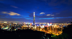 象山 - Elephant Mountain - Taipei (urbaguilera) Tags: city blue mountain elephant architecture night clouds skyscraper noche arquitectura nikon view daniel horizon taiwan ciudad tokina 101 hour nubes taipei 台灣 台北 montaña 城市 aguilera horizonte anochecer 天空 urbanismo 夜拍 象山 晚上 d5000 1116mm urbaguilera