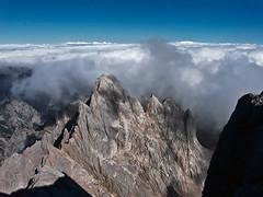 Cresta Cabrones-Cerredo (galayos) Tags: seaofclouds picosdeeuropa galayos mardenubes torrecerredo picodeloscabrones
