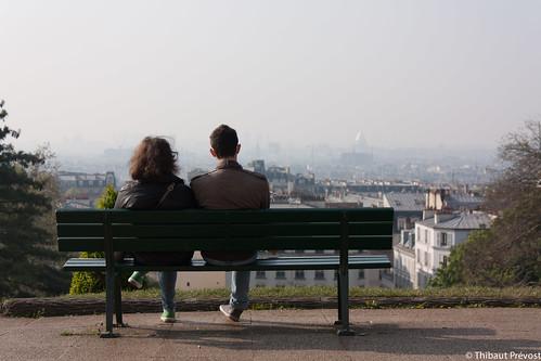 Couple sur un banc à Montmartre