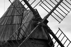 Moulin - Toulouse (31) (FloLfp) Tags: white black france monochrome moulin vent pentax molino brique toulouse 31 garonne bois quern deraison
