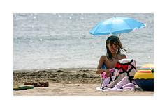 Playeando... (ngel mateo) Tags: espaa beach girl umbrella andaluca spain sand playa towel nia arena shore andalusia sombrilla almera cabodegata mediterraneansea orilla aguaamarga toalla marmediterrneo njar ngelmartnmateo ngelmateo