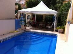 Fenomenal zona de piscina privada. Solicite más información a su inmobiliaria de confianza en Benidorm  www.inmobiliariabenidorm.com