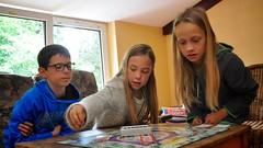 Ze spelen Monopoly (Didier Ilsen) Tags: nora eliz sander