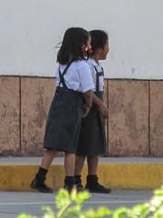 "Caraz: deux écolières <a style=""margin-left:10px; font-size:0.8em;"" href=""http://www.flickr.com/photos/127723101@N04/27330081124/"" target=""_blank"">@flickr</a>"