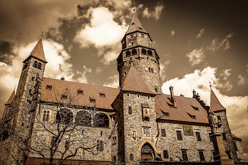 Behold!😱 the amazing castle of Bouzov. // Les presento el maravilloso castillo de Bouzov💫... un magico lugar cerca de  donde vivo: la region de #Moravia en la #RepublicaCheca   mas info en mochileros.org/nelson  🔥No olvides que puedes se