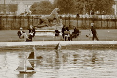 Weekend aux Tuileries (jean matthieu) Tags: trip morning travel trees light shadow people sculpture sun game paris france reflection tree castle art water fountain monochrome childhood statue museum sepia kids canon garden children fun boats photography eos mono boat photo spring infant eau europe ship child photos louvre weekend ships jardin saturday musée reflet palais tuileries monochrom chateau avril fontaine iledefrance pyramide printemps 2012 jeu paques geotaged geottaged 550d
