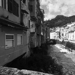 Carriona (AndyiGi) Tags: casa italia nuvole fiume case bianco nero carrara giorno marmo