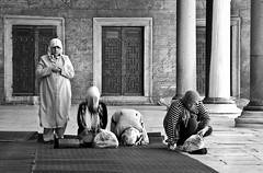 Prayers (Maron) Tags: street travel bw white black turkey nikon istanbul marion reise tyrkia supermarion nesje d7000 marionnesje