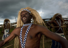 Intore dancer in Ibwiwachu, Rwanda (Eric Lafforgue) Tags: africa smile outdoors happy dance african dancer danse tribal rwanda wig afrika tribe sourire commonwealth adultsonly spear headdress afrique perruque tribu eastafrica danseur blackskin lookingatcamera coiffe centralafrica 9938 kinyarwanda ruanda indigenousculture afriquecentrale   regardcamera   republicofrwanda ibyiwacu   ruandesa ibwiwachu