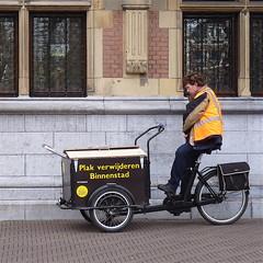 Sticker verwijderen Binnenstad.... (Akbar Sim) Tags: people holland candid tricycle nederland denhaag thehague cargobike bakfiets stickerremover stickerverwijderaar