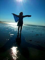 Batgirl,  la recherche de la Lumire... (* Firefly *) Tags: blue light sea sun mer beach girl silhouette vent soleil mare wind sister lumire bat sparkle bleu reflet normandie sole azzurro voile plage soeur contrejour chauvesouris pareo cabourg envol sorella voler batgiiiiirlnanananananananananananananabatgiiiiirl shebelievesshecanflyyyy touslesjoursellesesentfracheetasevoitnartaaaaa