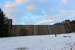 Last Light, Derwent Dam, Ladybower Reservoir, Peak District, Derbyshire (Geraldine Curtis) Tags: snow dogs derbyshire peakdistrict walkers lastlight ladybowerreservoir derwentdam
