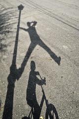 EfernBiciFarolaYo (kefotito) Tags: farola shadows papa nio sombras bico hijos