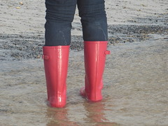 Dry jeans but soggy wellies (willi2qwert) Tags: rubberboots rainboots regenstiefel wellies wellingtons wasser women wet water beach gummistiefel gumboots girl