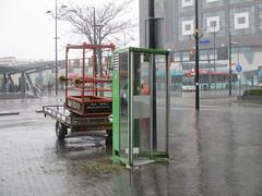 Oude telefooncel in Nijmegen (RaAr2010) Tags: nijmegen kpn straatbeeld stationsplein telefooncel straatmeubilair ptttelecom oudstraatbeeld oudstraatmeubilair oudetelefooncel