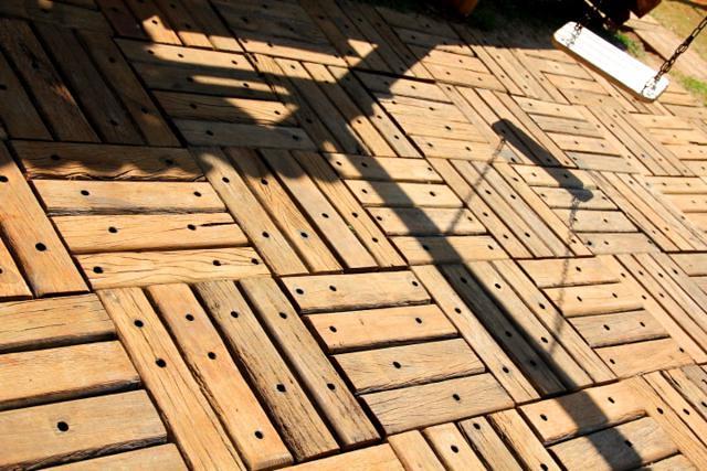 Deck com cruzetas de postes de iluminação. Foto: madeiradedemolicao.com