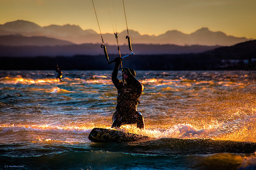 Kitesurfer bei Sonnenuntergang auf dem Ammersee vor  Lochschwab
