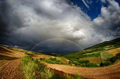 Entre guisante y guisante (maitabilbo) Tags: sky arcoiris rainbow zerua