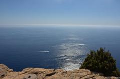 la Grande Bleue vue du Cap Canaille (F) (TICHAT10) Tags: mer france eau bateaux bleu cassis var saintcyrsurmer provencealpesctedazur capcanaille mediterranee