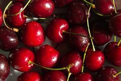 284/365 Sooooo fresh! (darioseventy) Tags: light red food verde green water fruit cherries sweet drop dolce disorder acqua rosso frutta cibo luce gocce ciliegie