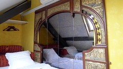 Arriba en la duplex (vcastelo) Tags: espejo cama china habitación room hotel welcome bruselas bélgica países habitaciones exótico brussels belgium belgique bruxelles