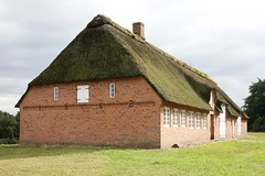 1862 (dididumm) Tags: red house brick rot germany haus thatch thatchedroof 1862 dach schleswigholstein backstein reetdach reetgedeckt molfsee