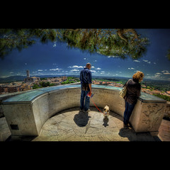 Tourists do-it-yourself (R.o.b.e.r.t.o.) Tags: people italy panorama dog texture cane nikon italia pg fisheye persone belvedere roberto perugia umbria textured turisti grifo turista grifone sigma15mm giardinicarducci giosucarducci d700 hdr5raw