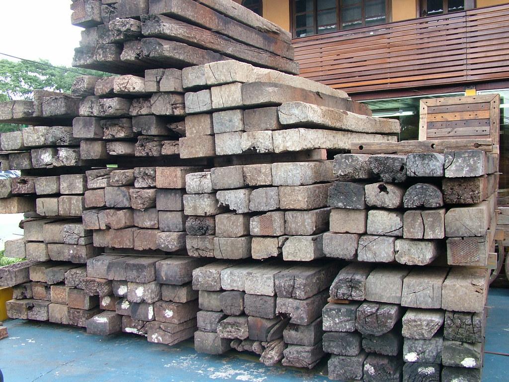 Dormentes de trilhos ferroviários. Foto: madeiradedemolicao.com