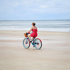 Highway for the sea (Marion Schultz photographie) Tags: ocean red sea summer woman mer beach colors girl bike sport rouge one drive highway alone couleurs feminine femme run route autoroute t fille plage vlo carr seul seconde conduire feminin ocan rouler