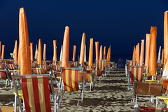 Beach Night (Holger Neuert) Tags: italy orange beach night strand meer retrato it reciente schirme recientes caorle liegen sonnenschirme nachtaufnahmen neueste rcent 1585mm canon7d canonefs1585mmf3556isusm sonyilce7