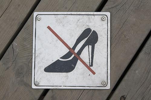 Ở Hy Lạp, mang giày cao gót vào tham quan các công trình khảo cổ như Acropolis là phạm luật