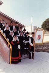 Grupo de Danza e Gaitas do Concello de Sandis (Ourense) no patio do colexio (Mediados dos anos 90). (Xav Feix) Tags: rural danza folklore gaitas grupo cultural animacin cursos ourense gaiteiros colexio sandis limia concellodesandis